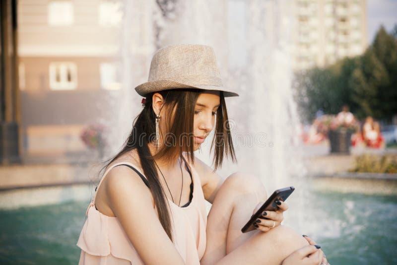 Younmeisje met slimme telefoon royalty-vrije stock foto