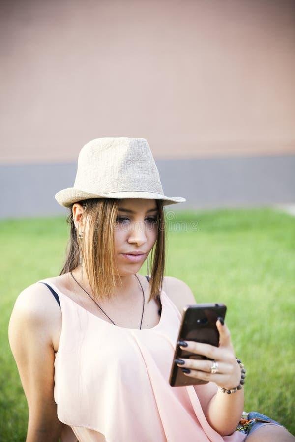 Younmeisje met slimme telefoon stock afbeeldingen