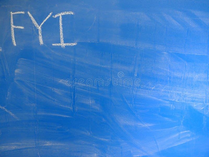 For Your Information del FYI de la abreviatura escrito con frecuencia en una pizarra azul, relativamente sucia por la tiza Locali imágenes de archivo libres de regalías