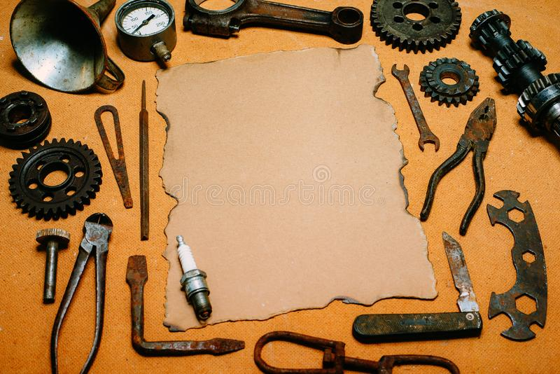 For Your Information do papel do vintage no centro das ferramentas, engrenagens no fundo do painel de fibras Equipamento da motoc fotos de stock