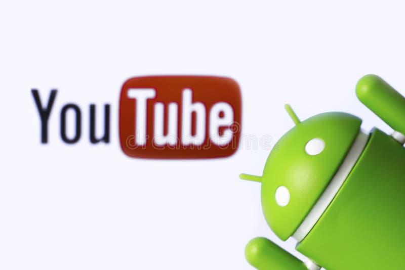 YouTube и андроид YouTube свободное видео- деля применение стоковые фото