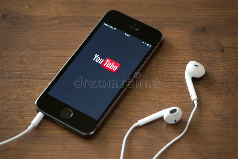 YouTube applikation på den Apple iPhonen 5S royaltyfri bild