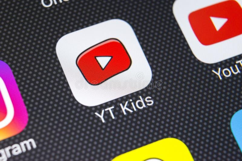 YouTube caçoa o ícone da aplicação no close-up da tela do iPhone X de Apple Youtube caçoa o ícone do app YouTube caçoa a aplicaçã fotos de stock royalty free
