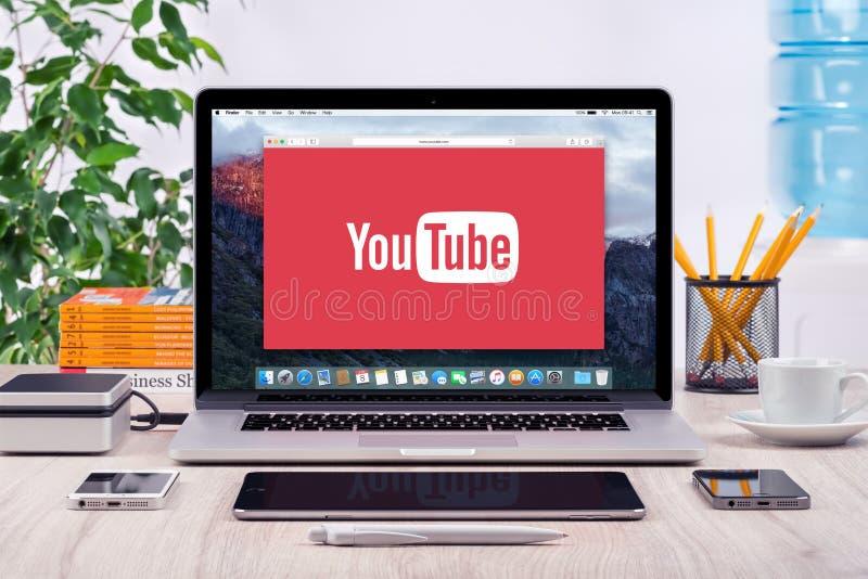 YouTube logo på den Apple MacBook Pro skärmen arkivfoto