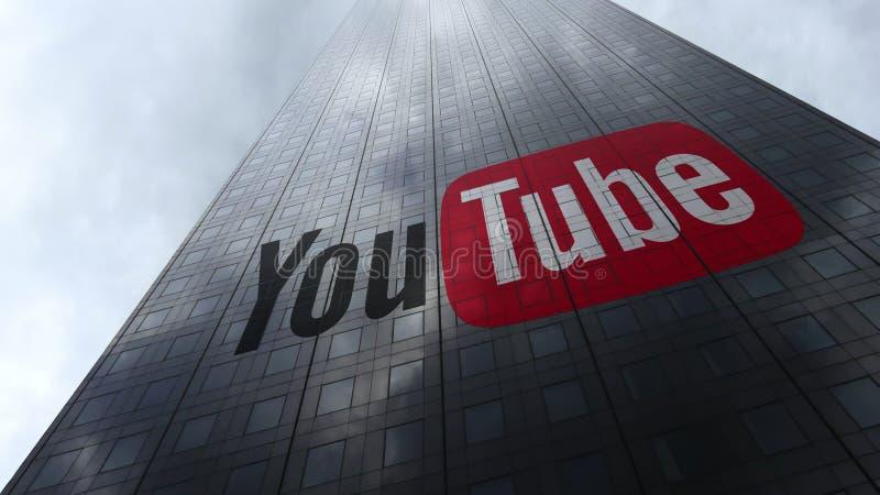 YouTube logo på reflekterande moln för en skyskrapafasad Redaktörs- tolkning 3D royaltyfri fotografi