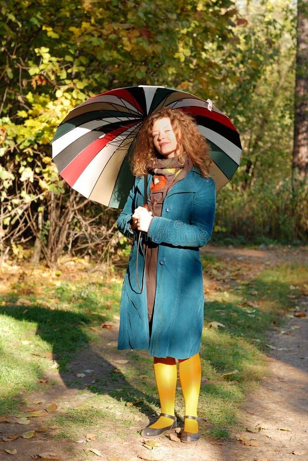 Yoyng Frau mit Regenschirm lizenzfreie stockfotos
