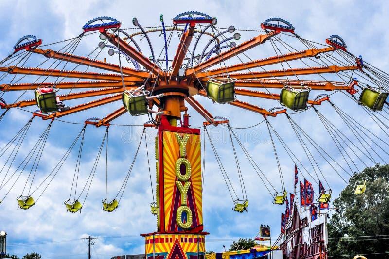 YoYo Carnival Ride bei Walworth County angemessen lizenzfreie stockbilder