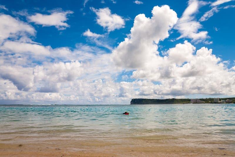 Ypao strand i den Tumon fjärden, Guam arkivfoto