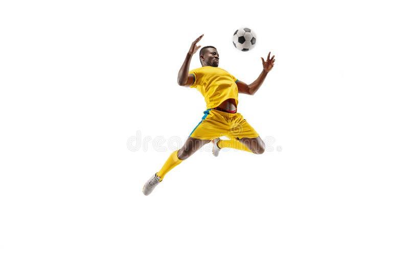 Yrkesmässig afrikansk fotbollfotbollspelare som isoleras på vit bakgrund arkivfoton