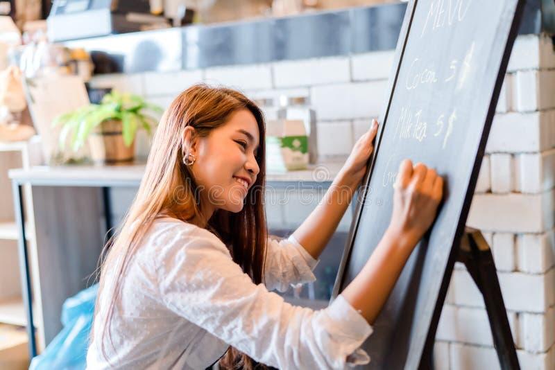 Yrkesmässig asiatisk ockupation för coffee shop för främre räknare för meny för kvinnaBarista handstil arkivbilder