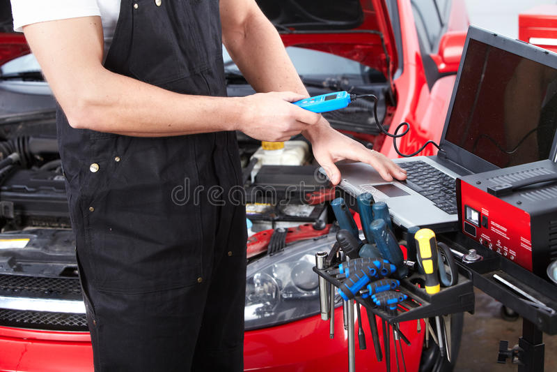 Yrkesmässig auto mekaniker. arkivbilder