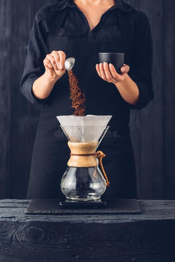 Yrkesmässig barista som förbereder kaffe royaltyfria foton