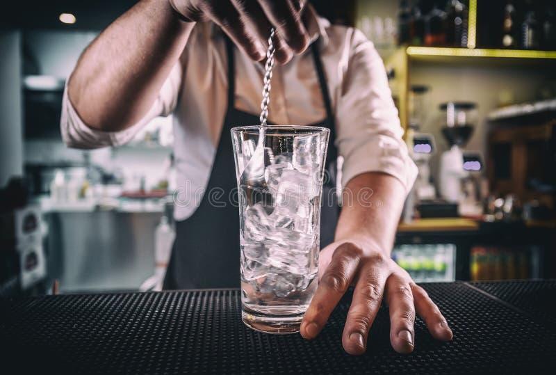 Yrkesmässig bartender på arbete arkivbilder