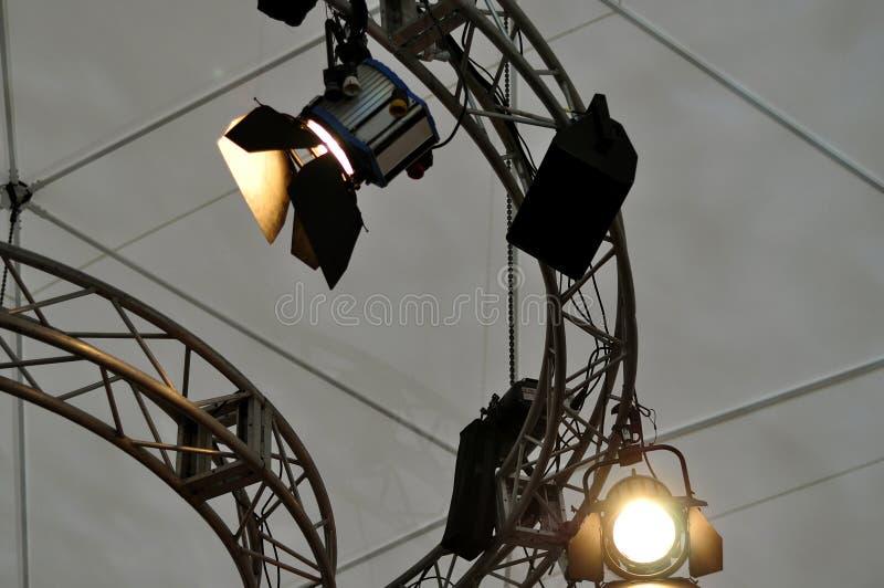 Yrkesmässig belysningsutrustning nära tak av teateretappen royaltyfri fotografi