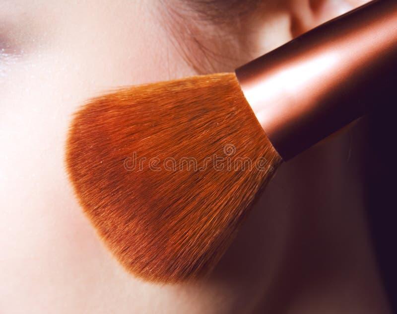 Yrkesmässig borsteuppsättning för makeup Isolerat på vitbakgrunden royaltyfri fotografi