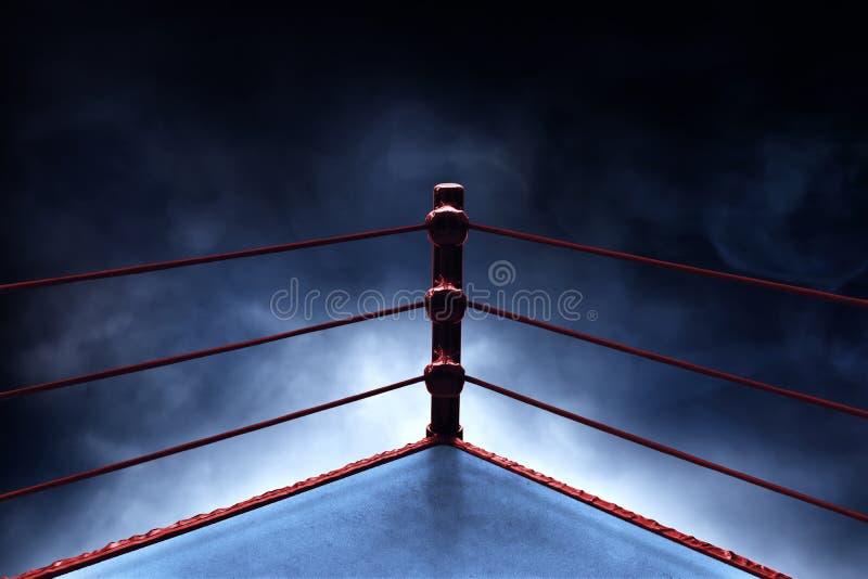 Yrkesmässig boxningsring på rökbakgrunder royaltyfri bild
