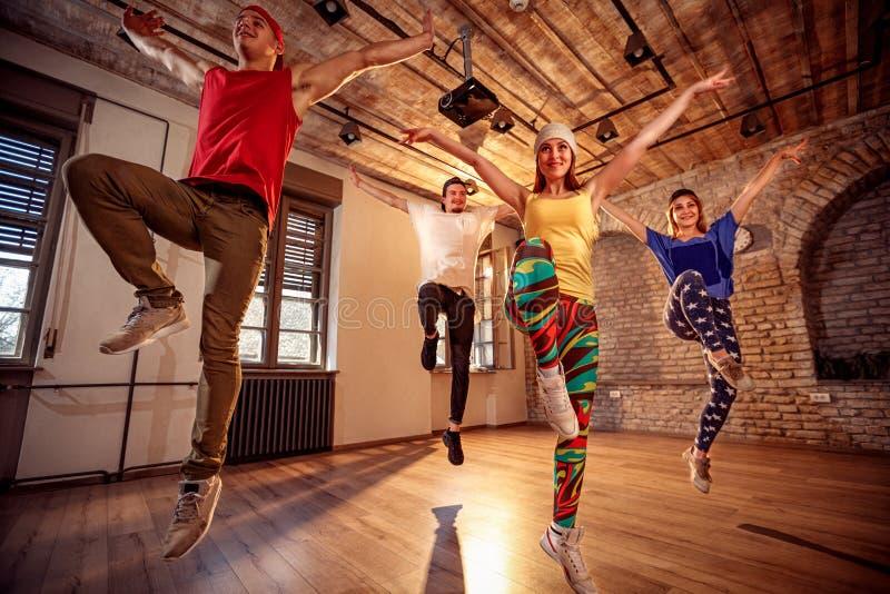 Yrkesmässig dansare som utbildar moderna danser i studio royaltyfria foton