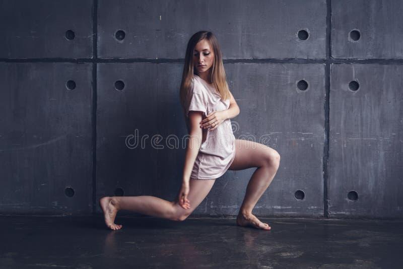 Yrkesmässig dansaredans för ung härlig kvinna under en rehea royaltyfria foton