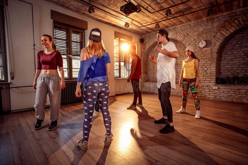 Yrkesmässig dansaregrupp i den stads- idrottshallen arkivfoton