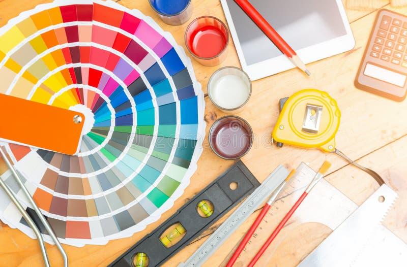 Yrkesmässig dekoratörteckning på ett husprojekt med arbetshjälpmedlet arkivbilder
