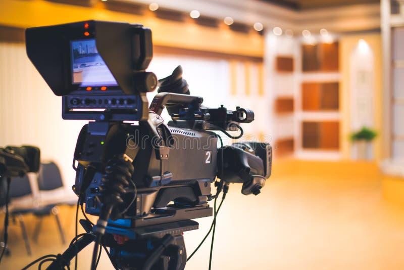 Yrkesmässig digital videokamera i studio royaltyfri bild
