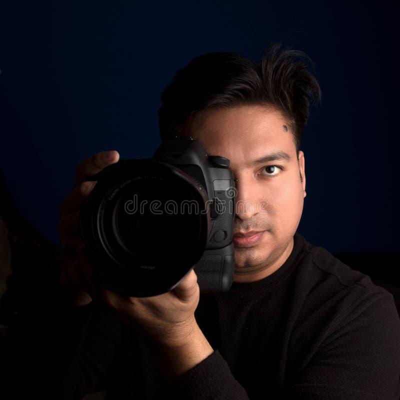 Yrkesmässig fotograf med dslrkameran arkivfoton