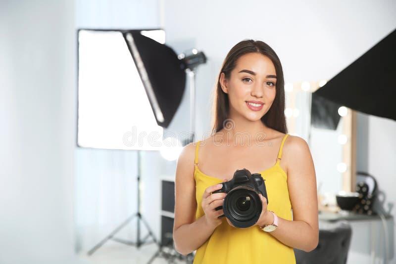 Yrkesmässig fotograf med kameran royaltyfri fotografi