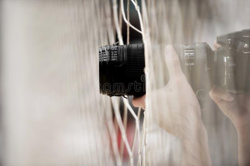 Yrkesmässig fotograf som tar bilder arkivbilder