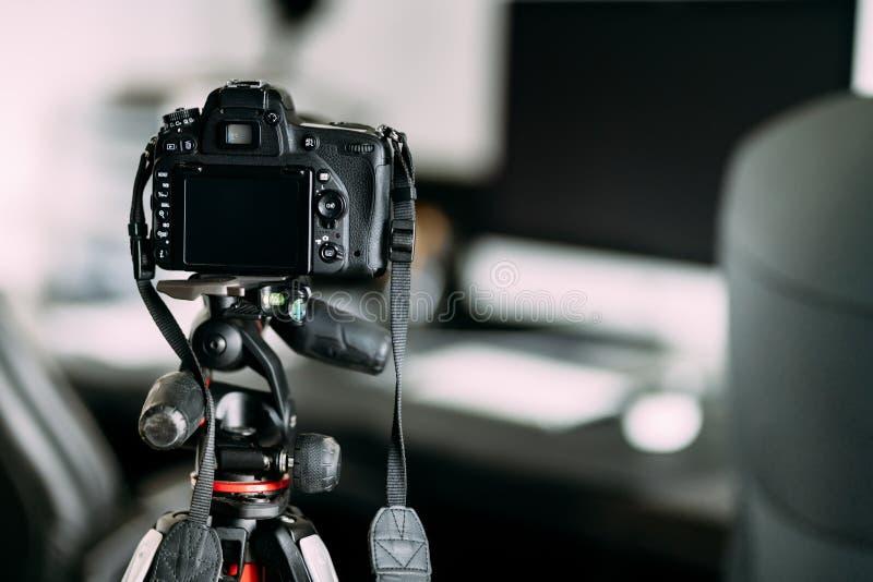 Yrkesmässig fotograf som tar foto för inredesign genom att använda det yrkesmässiga kugghjulet, kameran och tripoden royaltyfri bild