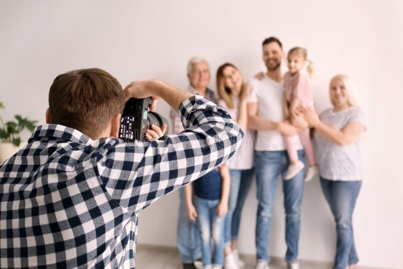 Yrkesmässig fotograf som tar fotoet av familjen royaltyfri bild