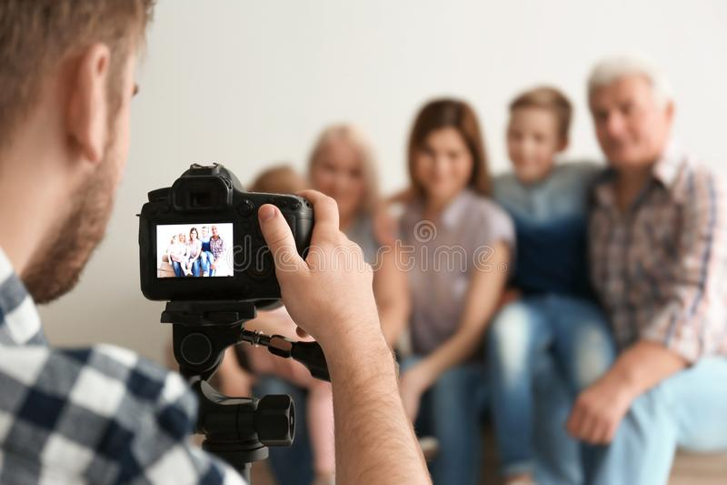Yrkesmässig fotograf som tar fotoet av familjen arkivfoto