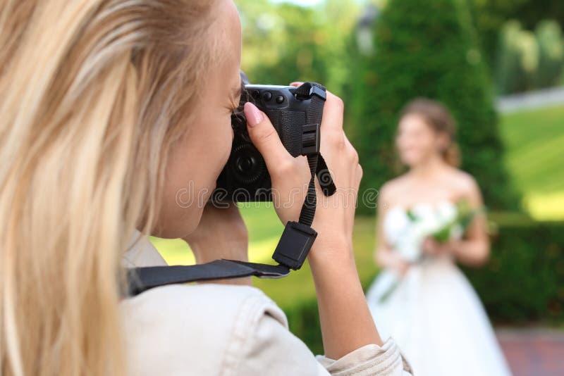 Yrkesmässig fotograf som tar fotoet av härlig bruddet fria, closeup royaltyfria foton