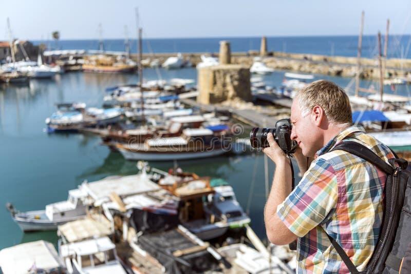 Yrkesmässig fotograf som tar fotoet i marina royaltyfri fotografi