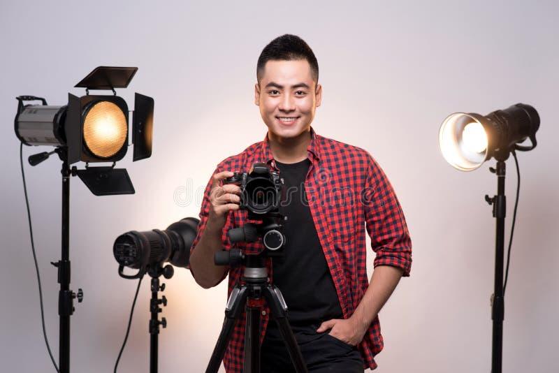 Yrkesmässig fotograf Stående av den säkra unga mannen i sh royaltyfria bilder