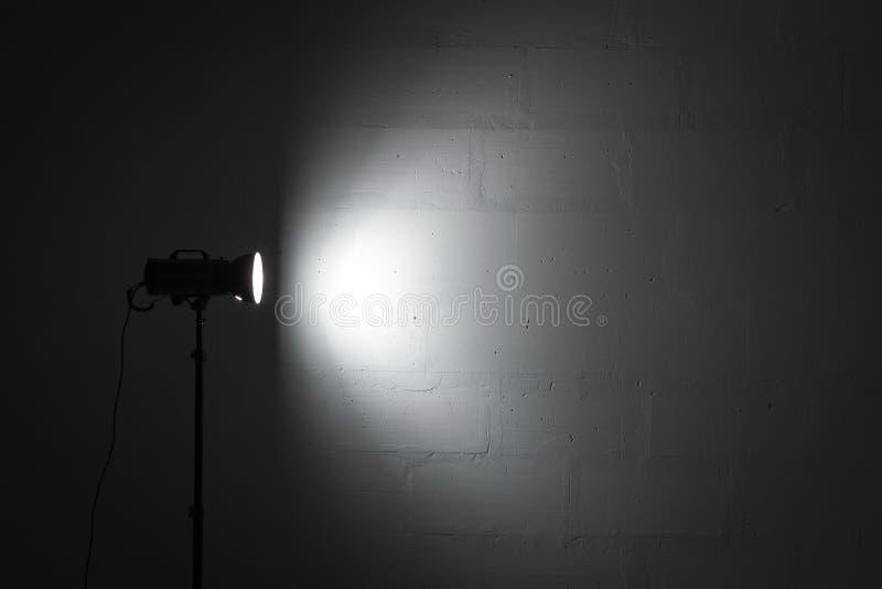 Yrkesmässig fotostudiostrobe med reflektorn arkivfoto