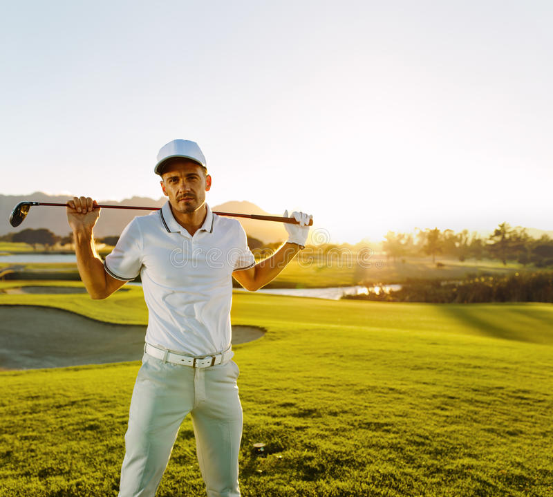 Yrkesmässig golfare med golfklubben på kursen arkivbild