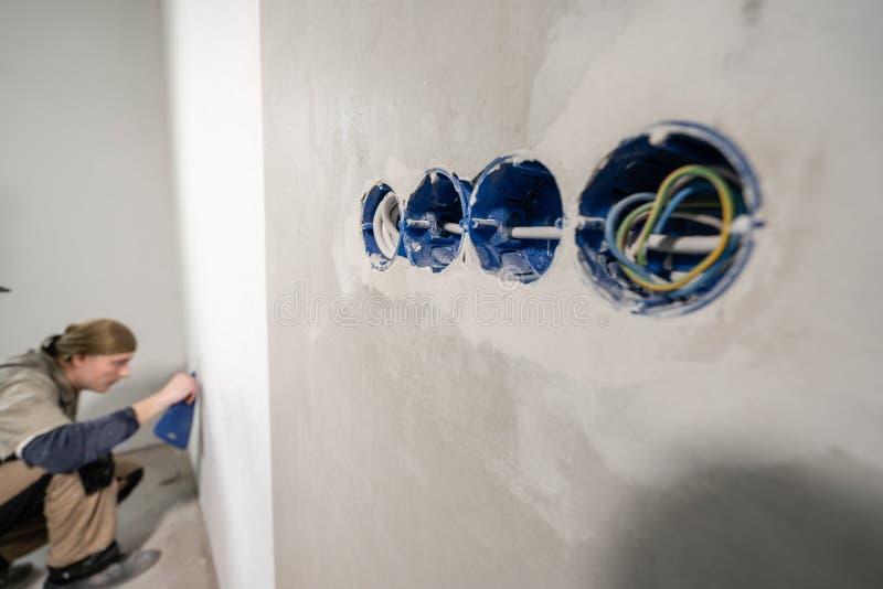 Yrkesmässig installation av elektriska uttag, trådar och strömbrytare Förbinda ljuset i lägenheten eller kontoret fotografering för bildbyråer