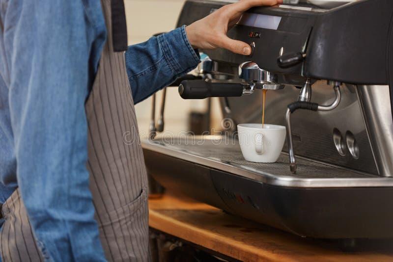 Yrkesmässig kaffemaskin Closeup av drinken för bartenderdanandekaffe arkivfoton