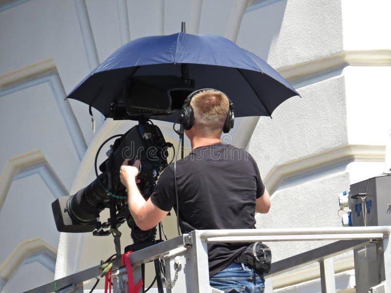 Yrkesmässig kameraman Filming och radioutsändning på plattformen i stad arkivbild
