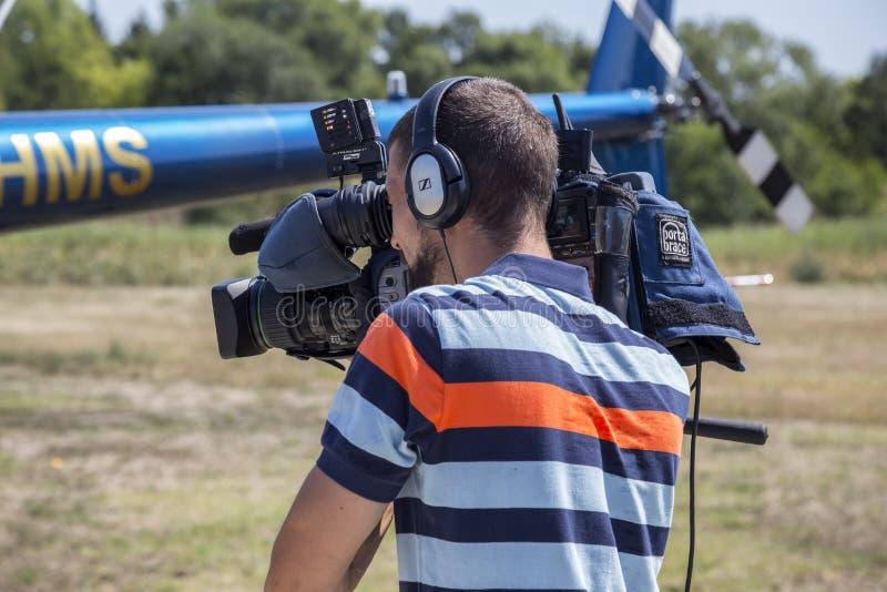 Yrkesmässig kameraman med videokameraarbete royaltyfri fotografi