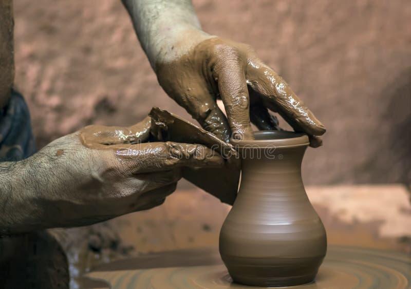 Yrkesmässig keramiker som gör bunken i krukmakeriseminarium arkivbild