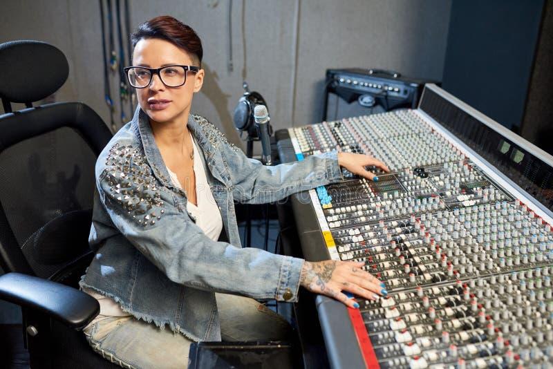 Yrkesmässig kvinna i solid studio royaltyfria bilder