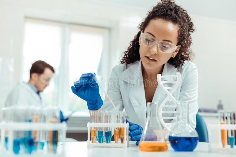 Yrkesmässig kvinnlig forskare som tar en vaccinera prövkopia royaltyfri foto