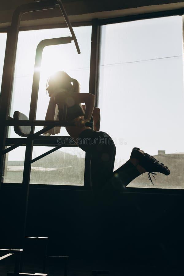 Yrkesmässig kvinnlig gymnastutbildning på barr på idrottshallen arkivfoton