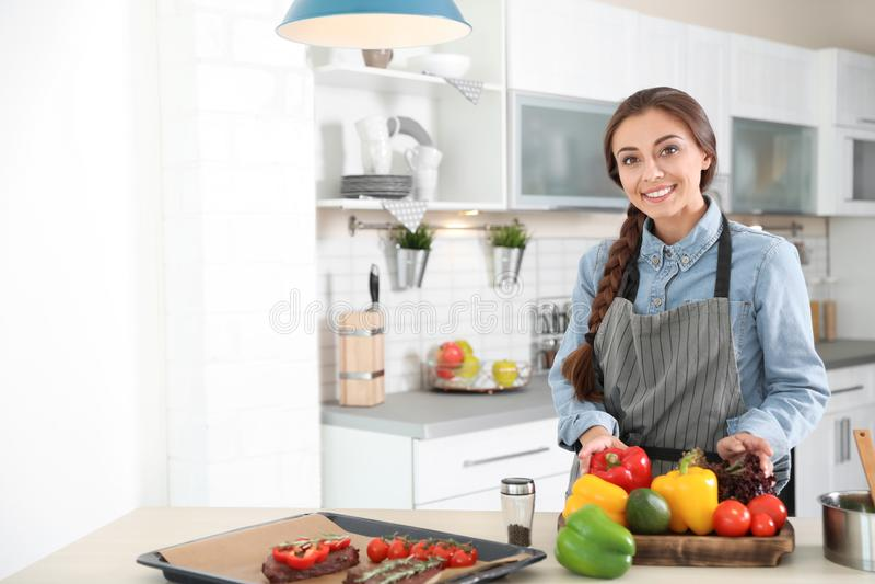 Yrkesmässig kvinnlig kock som står nära tabellen arkivfoton