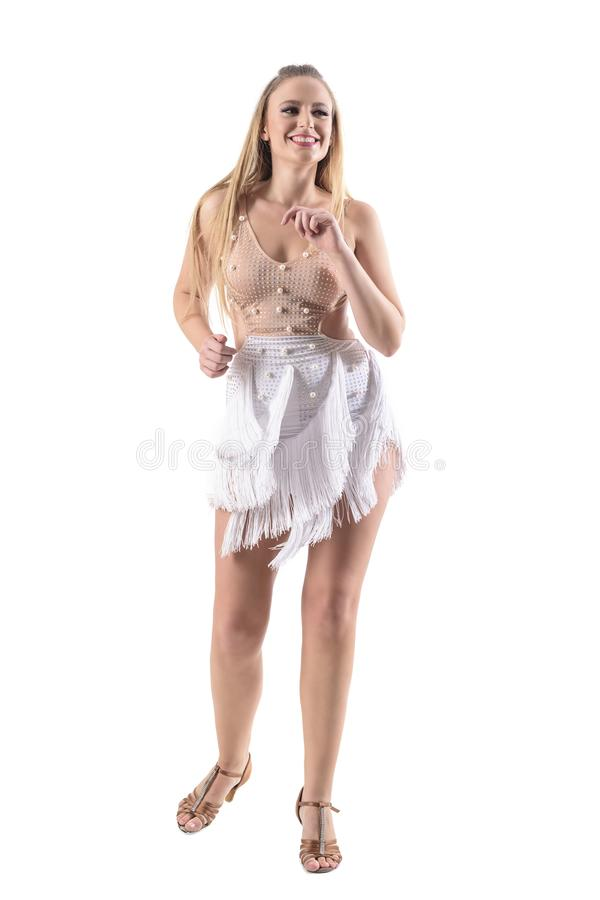 Yrkesmässig kvinnlig salsadansare som ler, medan dansa i klänning och se bort arkivfoton