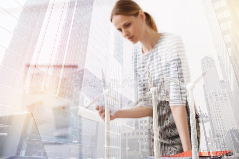 Yrkesmässig kvinnlig tekniker som arbetar på ecoprojektet royaltyfri bild