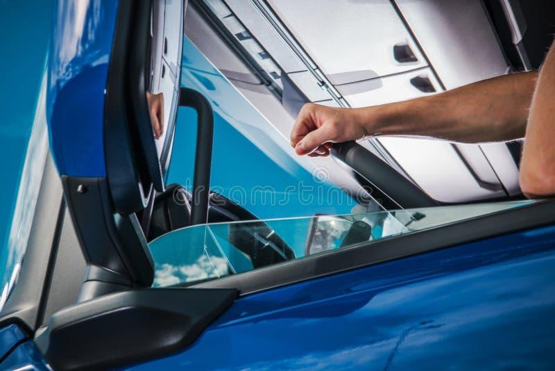Yrkesmässig lastbilsförare Job royaltyfri fotografi