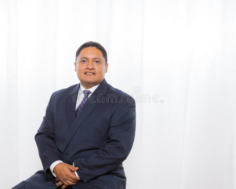 Yrkesmässig latinamerikansk man i dräkt med säkert uttryck arkivfoto