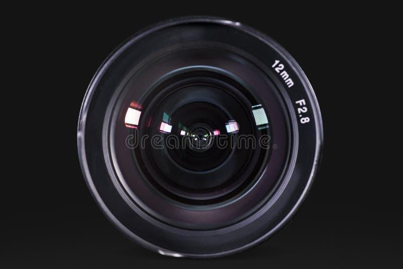 Yrkesmässig lins för digital kamera med mörk bakgrund royaltyfria foton